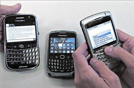 Colgadas 8 Tres modelos de teléfono Blackberry.