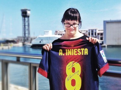 Anna Vives, con la camiseta firmada por Andrs Iniesta