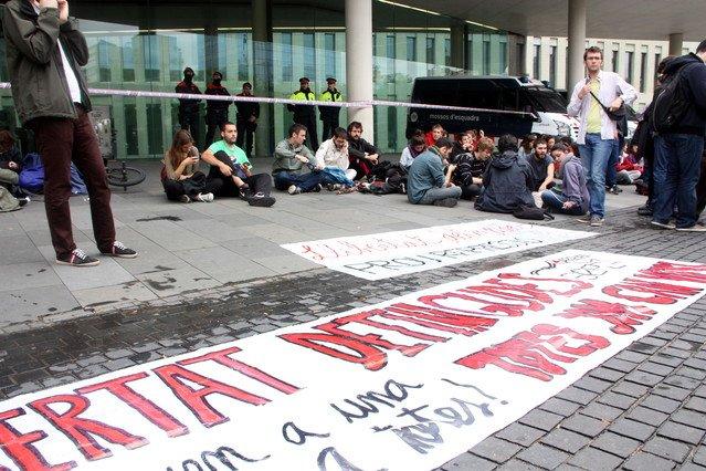 Protesta d'aquest divendres a la Ciutat de la Justícia per demanar la llibertat dels detinguts durant les protestes de Can Vies.