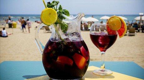 Una jarra de sangr�a reci�n preparada, a pie de playa, en el chiringuito La Guingueta,en la Barceloneta.