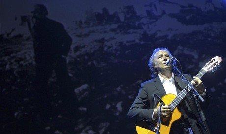 Serrat, durante el concierto 'Arag�n sigue, Labordeta vive' que se celebr� el lunes en Zaragoza.