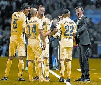 Luis Enrique da instrucciones a sus jugadores el martes en Par�s.