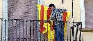 Mossos de paisano retiran las 'estelades' de los Ayuntamientos de Torroella de Montgr� y Nav�s