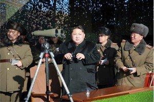 El líder norcoreano Kim Jong-un observa un concurso de artillería militar en Corea del Norte, en una imagen facilitada el martes día 5.