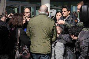 El padre que denunció el primer caso de abusos (de espaldas), este sábado ante los juzgados.