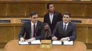 La firma del pacto Sánchez-Rivera, en memes