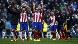 Los jugadores del Atlético celebrando la victoria en el Bernabéu