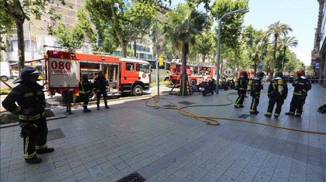 Un incendi en un edifici de la Diagonal provoca una espectacular fumera