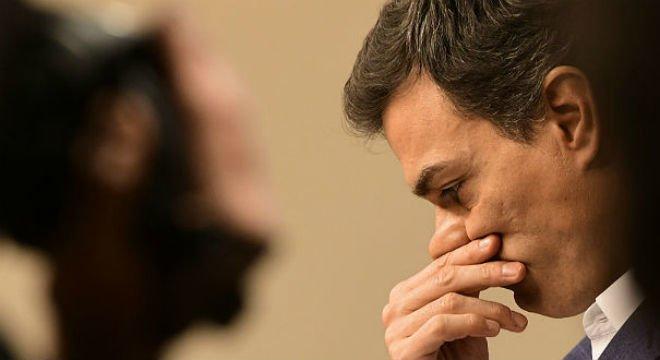 Pedro Sánchez se emociona al renunciar al acta de diputado