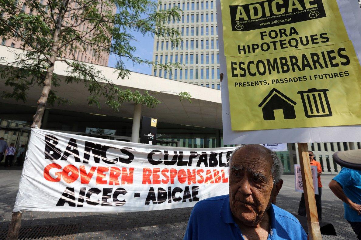 Concentración de afectados por las cláusulas suelo ante la Ciutat de la Justícia, en el 2013 en LHospitalet de Llobregat.