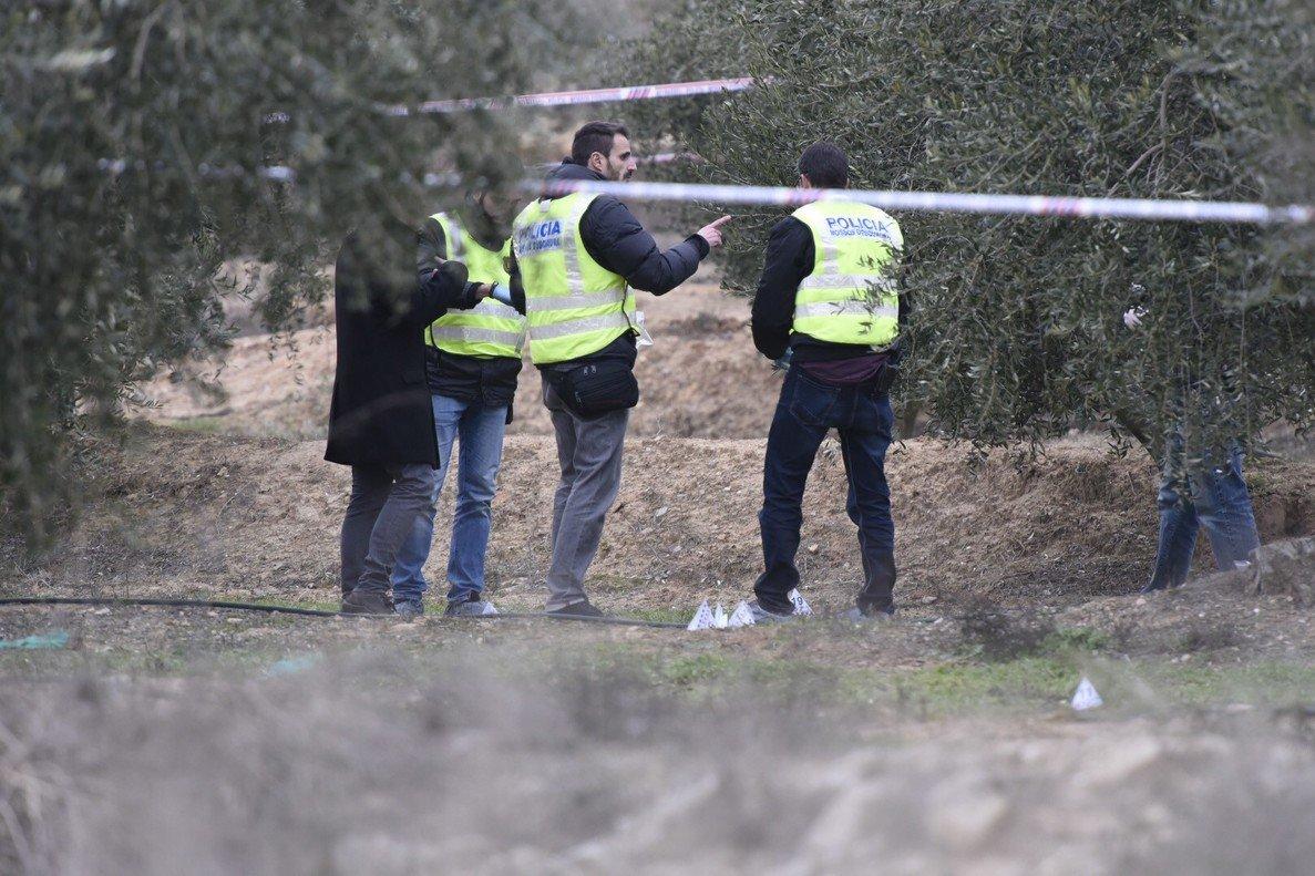 Agentes de los Mossos recogen pruebas en la zona donde han muerto dos agentes rurales.