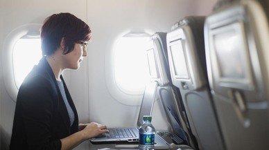 Wi-fi a l'avió: quines companyies n'ofereixen i a quin preu