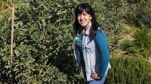 Ana Herreros, junto a una de las parcelas de los huertos inclusivos de Can Pinyol.