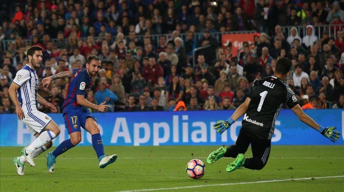 Alcácer marca su gol a la Real Sociedad en el Camp Nou.