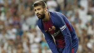 Piqué durante la Supercopa en el Bernabéu