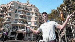 El bailarín Israel Vivancos, frente al edificio de la Pedrera, en el barrio en el que encontró el piso donde reside cuando no está de gira con sus hermanos.