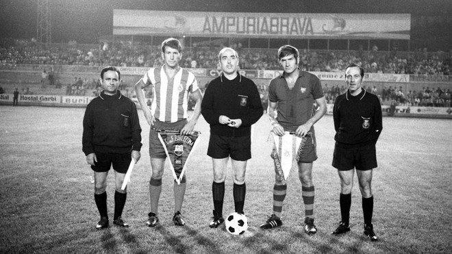 Los capitanes de Girona y Barça posan con el trío arbitral en el partido inaugural de Montilivi, en 1970.