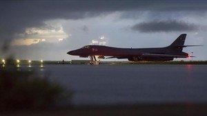 Un bombardero de EEUU se prepara para despegar de la base de Andersen, en la isla de Guam, el 23 de septiembre.