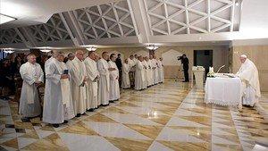 EL Papa Francisco, mientras oficia la misa en la residencia de Santa Marta, en El Vaticano.