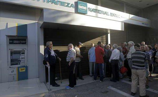 Con los controles de capital ya vigentes este lunes en Grecia, los jubilados han acudido por la ma�ana a las entidades bancarias a por sus pensiones.
