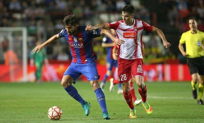 Andr� Gomes controla el bal�n ante el acoso de Marc Roca.