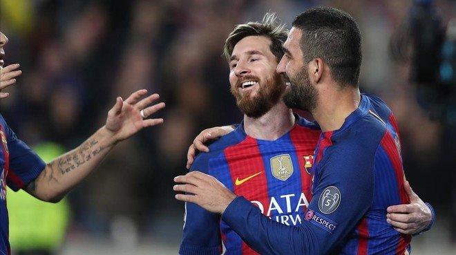 Arda Turan recibe la felicitación de Messi tras su tercer gol.