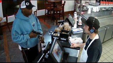 El atracador apunta con un arma al empleado del restaurante Jimmy John's de Kansas.