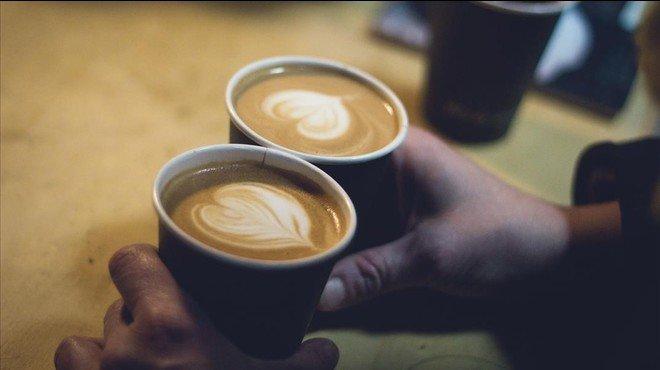 Dos vasos con caf�.