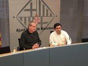 Jordi Via (izq.), comisionado de Economía Cooperativa, Social y Solidaria, y Gerardo Pisarello (der.), primer teniente de alcaldía, durante la presentación de la Estrategia de Impulso del Consumo Responsable.