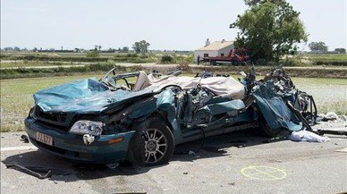 Dos morts en un xoc frontal entre un turisme i un camió a Amposta