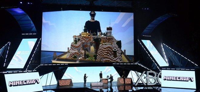 Demostración de un casco de realidad virtual con el juego Minecraft, en Los Ángeles.