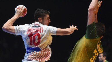 Dujshebaev lanza a portería en el encuentro entre Brasil y España.