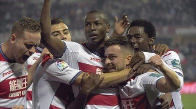 Igason (Islandia), Andreas Pereira (Brasil), Adrián Ramos (Colombia), Héctor (España) y Hongla (Camerún) se abrazan tras el segundo gol del Granada al Betis, el viernes.