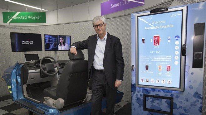 Ismael Sancha, en la zona de exposición del centro de innovación en movilidad de Accenture en Barcelona.