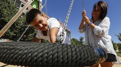 Gonzalo, un ni�o de siete a�os, diagnosticado con un trastorno del lenguaje, juega en un parque con su madre, Susana.