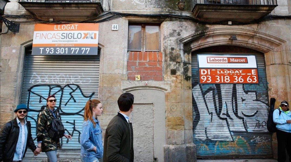 Ciutat Vella suma decenas de edificios vacíos o sin apenas vecinos