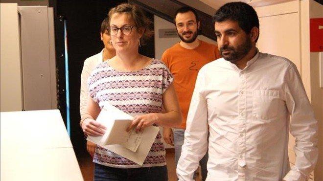 Los diputados de la CUP y Junts pel S� Mireia Veh� y Chakir el Homrani, durante el registro en el Parlament de la proposici�n de ley de la Ag�ncia Catalana de Protecci� Social.