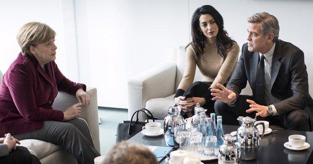 La cancillera alemanaAngela Merkel durante la entrevista que mantuvo conel actor George Clooney y su mujer Amal.