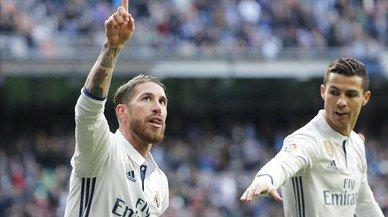 Sergio Ramos celebra su primer gol ante el Málaga, en el Bernabéu.