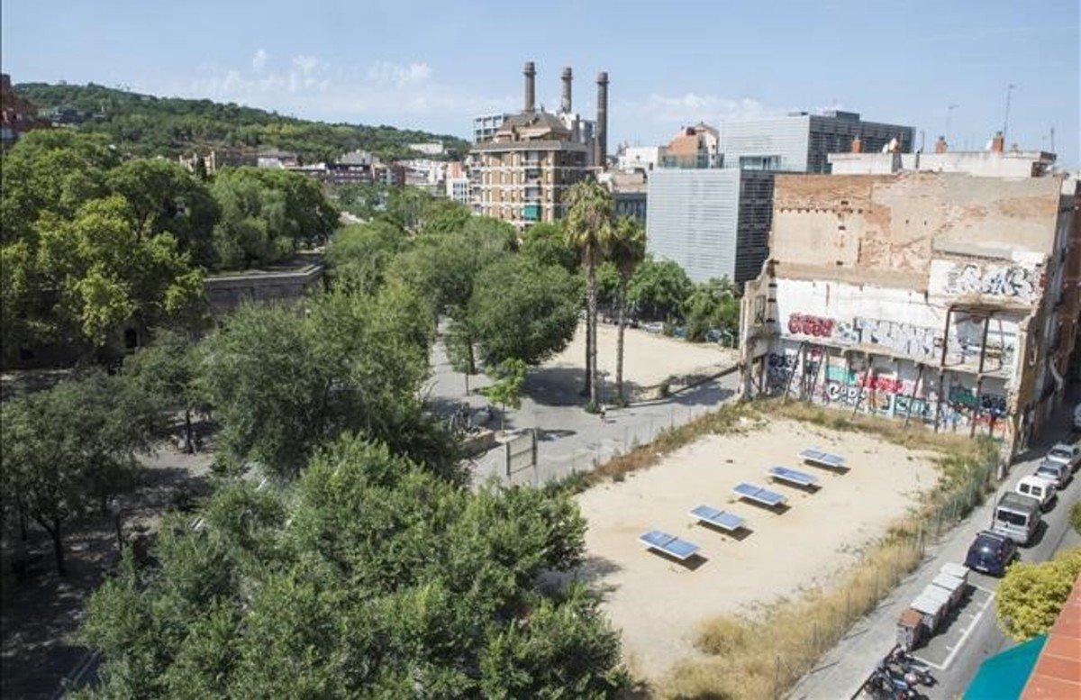El promotor del hotel de drassanes reclama da os al for Permiso de obras barcelona
