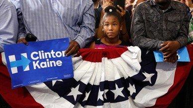 Una ni�a escucha un discurso de Obama durante un acto electoral dem�crata de esta semana en Miami.