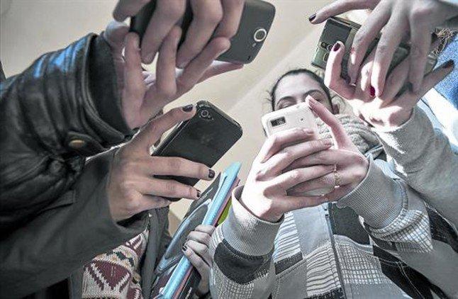 El Consell Escolar rechaza que se veten los móviles en el aula