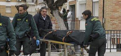 Varios agentes retiran el cadáver del hombre, en Sevilla.