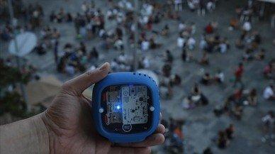 Els veïns de la plaça del Sol s'armen amb sonòmetres contra el soroll