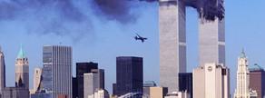 Imatge on es veu el segon avió en una trajectòria de vol cap a la Torre Sud del  World Trade Center, mentre la Torre Nord es crema.