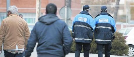 Dos agentes locales patrullan por una calle de Badia del Vallès, ayer.