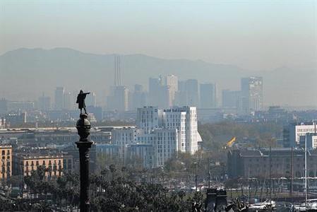 Contaminaci�n sobre la ciudad de Barcelona, vista desde Montju�c.