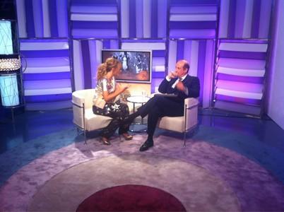 La presentadora Emma García entrevistando a Francis Franco en 'Nada es igual sin Franco'