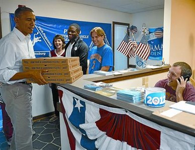 Barack Obama carga con pizzas para los voluntarios de campa�a de Virginia, el domingo.