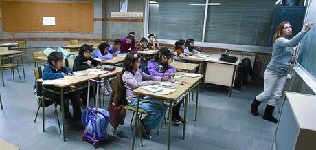 Una estudiant de Magisteri dóna una classe de reforç a escolars.